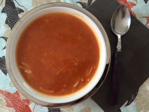 sopa de tomate con fideos